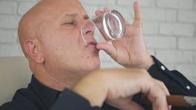 Hombre de negocios Image Drinking Whisky y cigarro que fuma fotos de archivo
