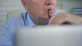 Hombre de negocios Image en el pensamiento de la oficina pensativo imágenes de archivo libres de regalías