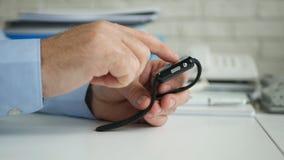 Hombre de negocios Image en el sitio de la oficina que tiene acceso al uso en l?nea del correo electr?nico de Smartwatch imagen de archivo libre de regalías