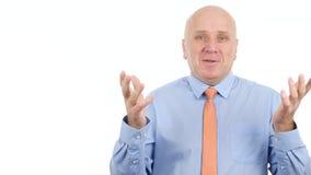 Hombre de negocios Image Smiling Talking y explicación de un plan empresarial de comercialización almacen de metraje de vídeo