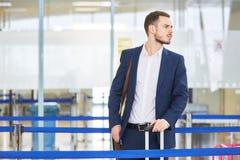Hombre de negocios impaciente en el aeropuerto fotos de archivo