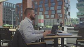 Hombre de negocios impaciente que espera alguien, steadicam almacen de video