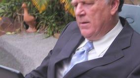 Hombre de negocios inclinable de la tableta metrajes