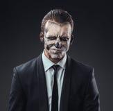 Hombre de negocios incrédulo con el esqueleto del maquillaje imagen de archivo libre de regalías