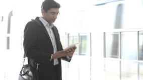 Hombre de negocios indio usando la PC de la tableta almacen de metraje de vídeo