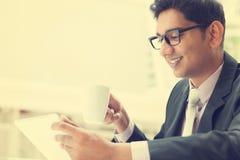 Hombre de negocios indio usando una tableta Imagen de archivo libre de regalías