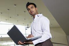 Hombre de negocios indio Working On Laptop fotos de archivo libres de regalías