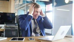 Hombre de negocios infeliz con el ordenador que consigue malas noticias en oficina metrajes