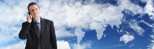 Hombre de negocios internacional que habla en el teléfono, comunicación global fotografía de archivo libre de regalías