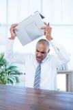 Hombre de negocios irritado alrededor para romper su ordenador portátil Foto de archivo libre de regalías