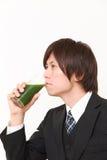 Hombre de negocios japonés con el jugo vegetal verde Fotos de archivo