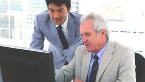 Hombre de negocios japonés con su jefe almacen de metraje de vídeo