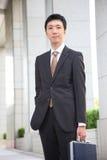 Hombre de negocios japonés en la ciudad Fotografía de archivo
