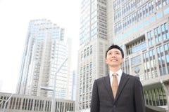 Hombre de negocios japonés en la ciudad Fotografía de archivo libre de regalías