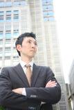 Hombre de negocios japonés en la ciudad Fotos de archivo