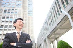 Hombre de negocios japonés en la ciudad Imagenes de archivo