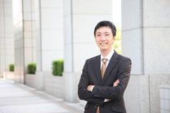 Hombre de negocios japonés en la ciudad Foto de archivo libre de regalías