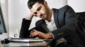 Hombre de negocios joven aburrido cansado en oficina fotos de archivo libres de regalías