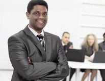 Hombre de negocios joven acertado en el fondo de la oficina Fotos de archivo