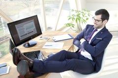 Hombre de negocios joven acertado en la oficina Imágenes de archivo libres de regalías