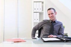Hombre de negocios joven acertado sonriente Imagenes de archivo