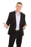 Hombre de negocios joven aislado feliz en traje que habla con las manos Fotos de archivo libres de regalías