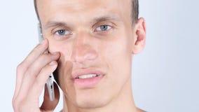 Hombre de negocios joven aislado que habla con la cámara, servicio de atención al cliente, charla en línea imagen de archivo