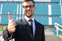 Hombre de negocios joven al aire libre Imagen de archivo libre de regalías