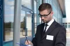 Hombre de negocios joven al aire libre Foto de archivo
