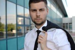 Hombre de negocios joven al aire libre Fotos de archivo libres de regalías