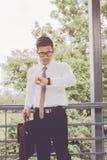 Hombre de negocios joven asiático Mirando el reloj de tiempo, reuniones de la espera los procesos del anuncio publicitario implic fotografía de archivo libre de regalías