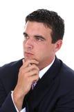 Hombre de negocios joven atractivo en el pensamiento del juego imagen de archivo