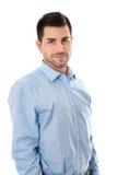 Hombre de negocios joven atractivo que lleva la camisa azul aislada sobre wh fotos de archivo