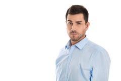 Hombre de negocios joven atractivo que lleva la camisa azul sobre wh imágenes de archivo libres de regalías