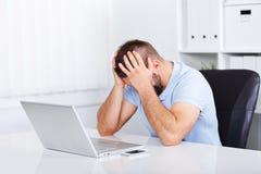 Hombre de negocios joven bajo tensión con dolor de cabeza Imágenes de archivo libres de regalías