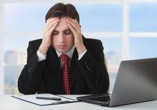 Hombre de negocios joven bajo tensión, fatiga, dolor de cabeza