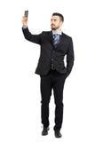 Hombre de negocios joven barbudo hermoso que toma la sonrisa del selfie Imagenes de archivo