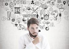 Hombre de negocios joven barbudo de pensamiento, estrategia foto de archivo