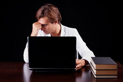 Hombre de negocios joven cansado en el ordenador Fotos de archivo