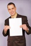 Hombre de negocios joven con el papel en blanco Foto de archivo libre de regalías