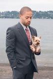 Hombre de negocios joven con el perro imagen de archivo