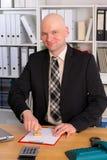 Hombre de negocios joven con la cabeza calva en la oficina Foto de archivo