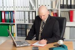 Hombre de negocios joven con la cabeza calva en la oficina Fotografía de archivo libre de regalías