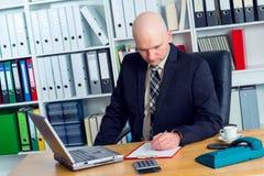 Hombre de negocios joven con la cabeza calva en la oficina Imágenes de archivo libres de regalías