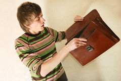 Hombre de negocios joven con la cartera Imagen de archivo libre de regalías