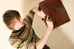 Hombre de negocios joven con la cartera Foto de archivo libre de regalías