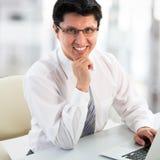 Hombre de negocios joven con la computadora portátil foto de archivo libre de regalías