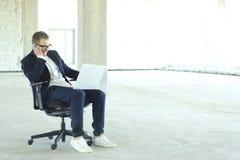 Hombre de negocios joven con la computadora port?til imagenes de archivo