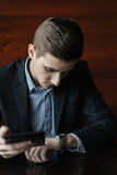 Hombre de negocios joven con la tableta Imagen de archivo