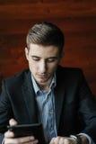 Hombre de negocios joven con la tableta imagen de archivo libre de regalías